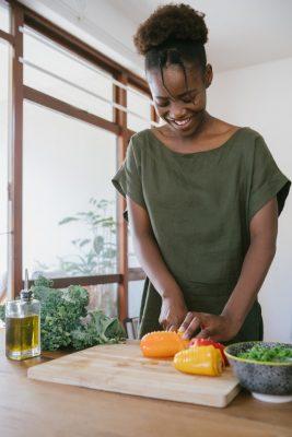 Dziewczyna krojąca warzywa - weganizm po angielsku