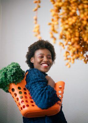 Dziewczyna z torbą warzyw - wege po angielsku